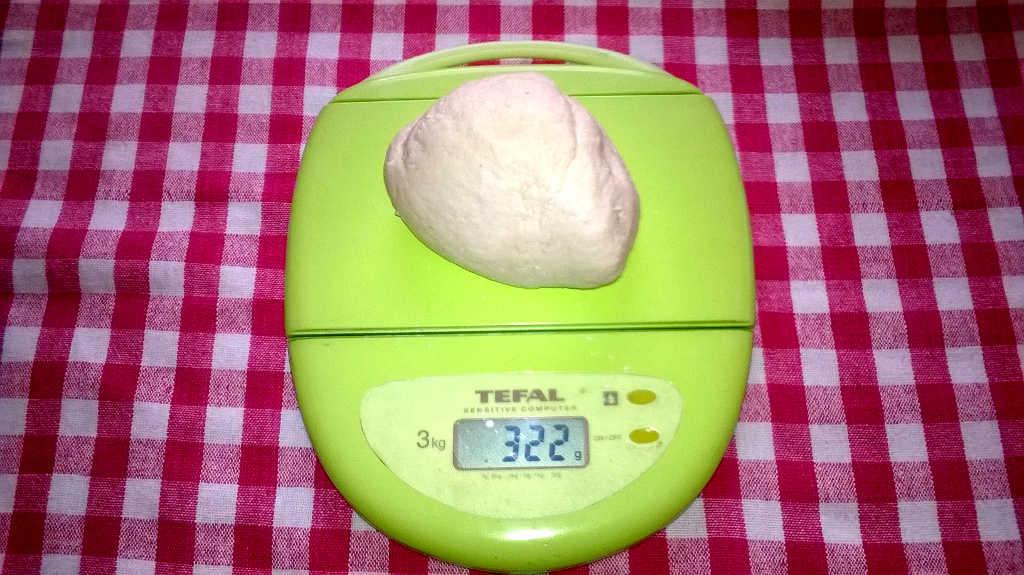 Ecco il lievito appena tirato fuori dal frigo; potrebbe anche essere un po' meno di 350 g ...